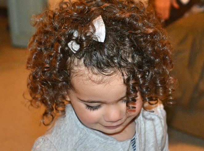 Comment prendre soin des cheveux bouclés de mon enfant naturellement